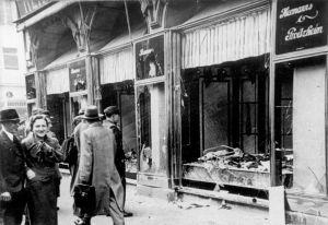 Kristallnacht_Bundesarchiv_Bild_146-1970-083-42_Magdeburg_zerstörtes_jüdisches_Geschäft