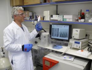 Professor Ido Braslavsky aan het werk in het lab (Courtesy)