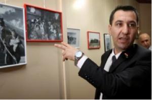 Sherzad Omar Mamsani, de Joodse vertegenwoordiger bij het Koerdische regionale ministerie, kijkt naar foto's die werden getoond op 30 november 2015, tijdens een herdenkingsceremonie voor de deportatie van Joden uit Irak, zeven decennia geleden, in Irbil, de hoofdstad van de autonome Koerdische regio in Noord-Irak. (AFP / SAFIN HAMED)
